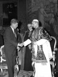 POPE PAUL VI RECEIVES PRESIDENT KENNEDY—President John F. Kennedy shook hands with Pope Paul VI at the Vatican July 2, 1963. Pope Paul, who led the Church from 1963 until his death in 1978, was beatified Oct. 19, 2014. (CNS file photo)